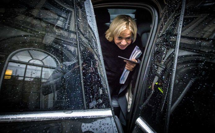 Minister Jeanine Hennis-Plasschaert van Defensie verlaat de Tweede Kamer na een gesprek met fractievoorzitter Halbe Zijlstra (VVD).