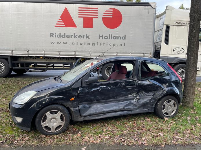 De personenauto liep veel schade op.