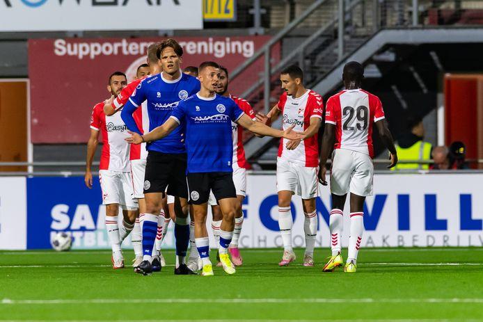 Mike van Beijnen maakt een machteloos gebaar in de uitwedstrijd tegen FC Emmen. Achter hem Teun van Grunsven.
