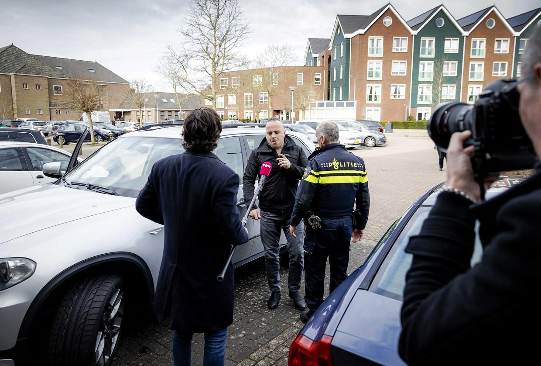 Bij de Sionkerk op Urk reed een auto in op een journalist van PowNed. Hij werd belaagd en geschopt. Beeld ANP