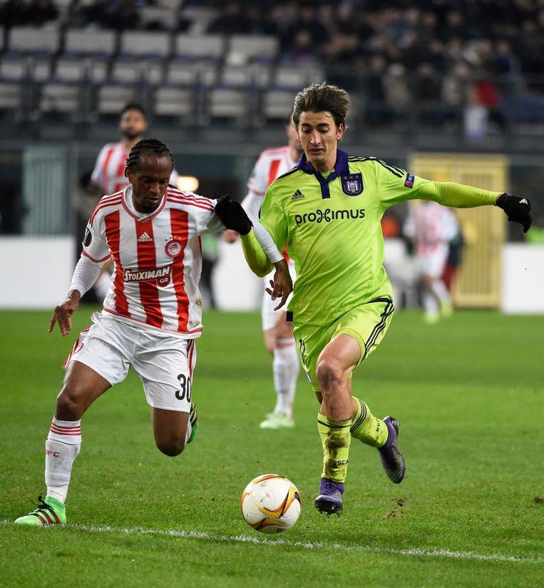 Anderlecht-speler Djuricic (r.) in duel met Leandro Salino van Olympiakos. Beeld Photo News