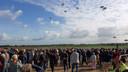 Duizenden mensen zien de eerste massadropping, rond 11.00 uur.