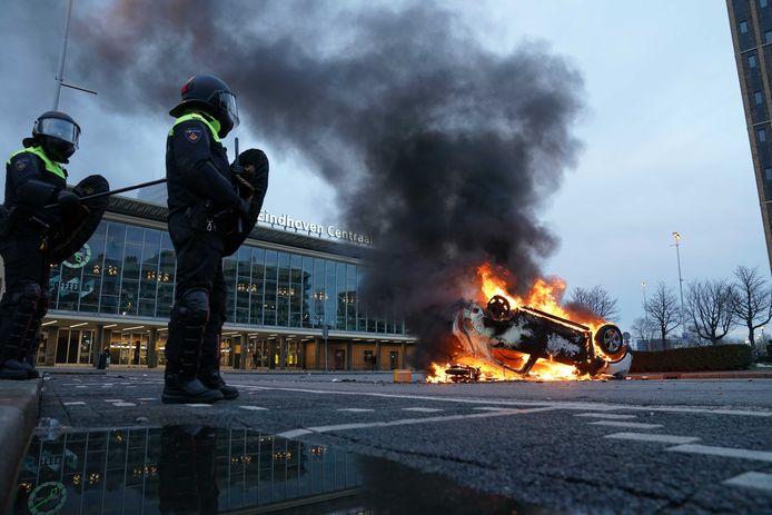 Een auto is voor het station in Eindhoven in brand gestoken.