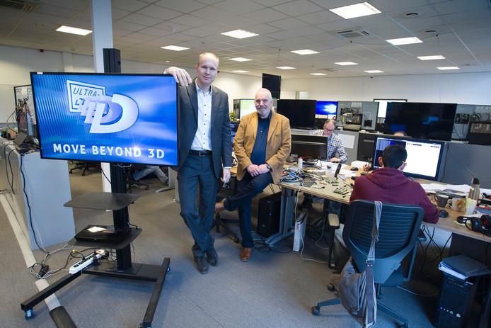 Hans Zuidema (links) en Walther Roelen bij hun 3D-tv.
