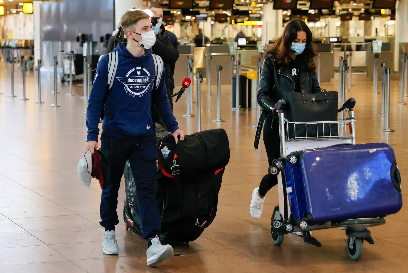 Remco Evenepoel met z'n vriendin op de luchthaven.