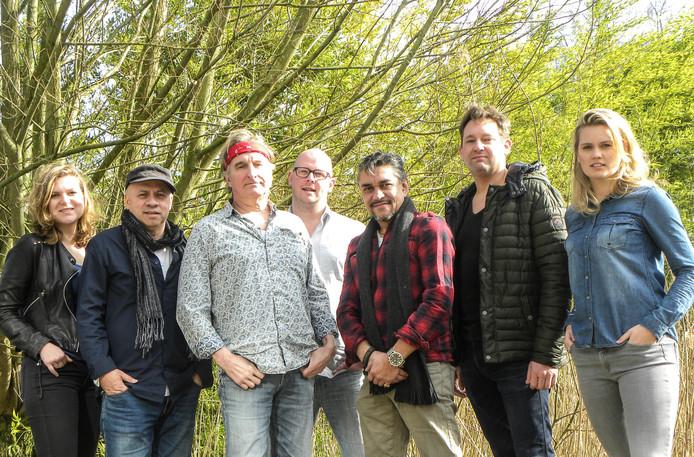 Jan Ottink (met rode haarband) en zijn bandleden.