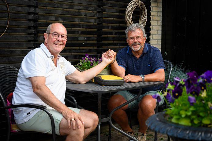 Wijnand Groenendijk (rechts) reanimeerde zijn buurman Dick Kooij twee keer met succes.