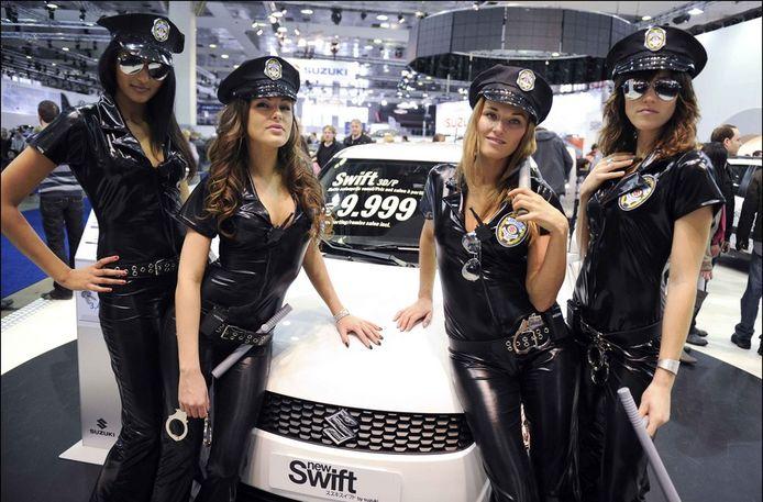 In 2011 waren files ontstaan aan de stand van Suzuki: iedereen wilde een foto van hun jongedames in latex politiepakjes.
