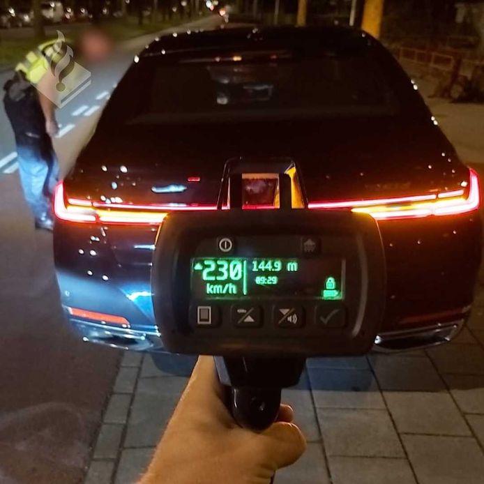 De politie registreerde een snelheid van 230 km per uur bij de bestuurder.