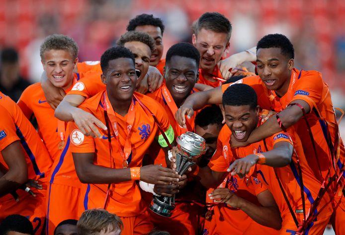 Vreugde bij de spelers van Oranje onder 17 na de gewonnen finale tegen Italië.