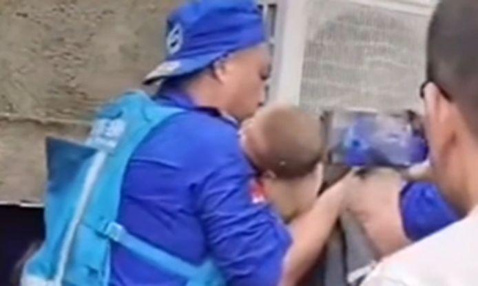 Reddingswerkers halen een baby onder het puin vandaag.