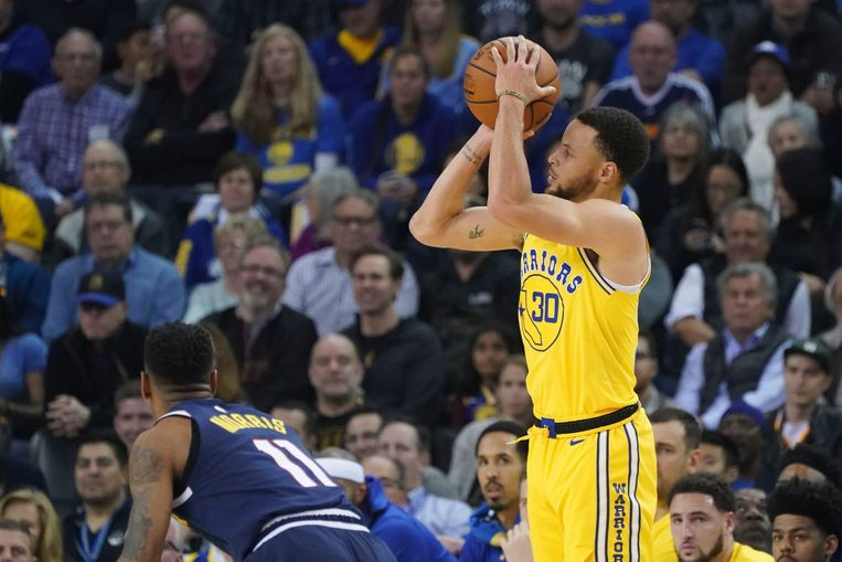 Stephen Curry (Golden State Warriors) legt aan voor een driepunter, zijn specialiteit. Beeld USA TODAY Sports