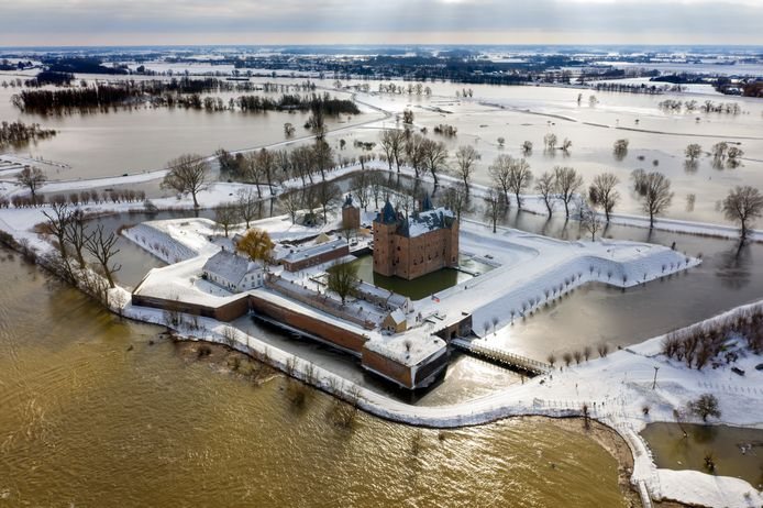Slot Loevestein in de sneeuw, tijdens het hoogwater in februari 2021.
