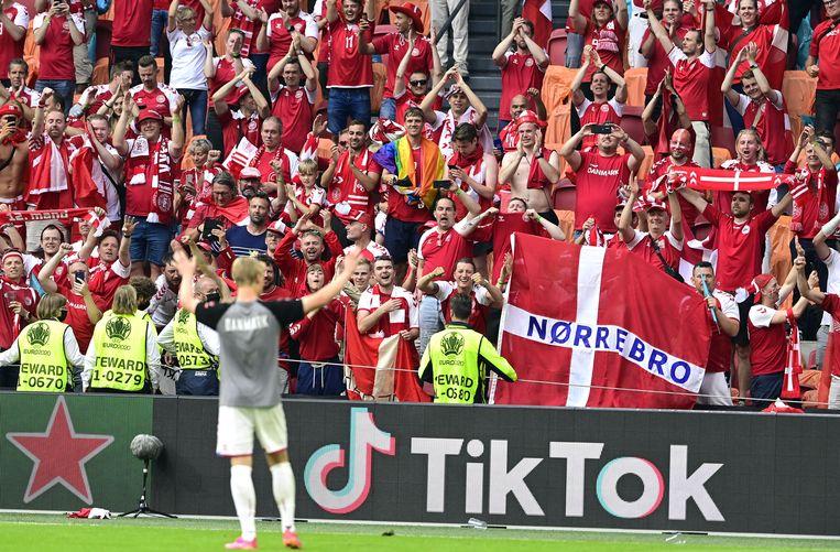 Kasper Dolberg viert de 4-0 overwinning op Wales en zijn twee doelpunten met de Deense supporters in de hem vertrouwde Johan Cruijff Arena.  Beeld EPA