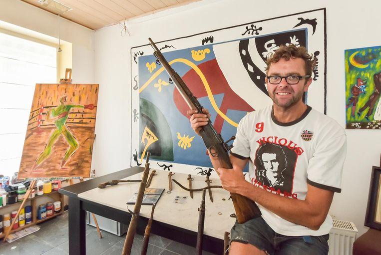 Jimmy Deschryvere bij een klein deel van zijn collectie, die 4.000 stukken bevat.