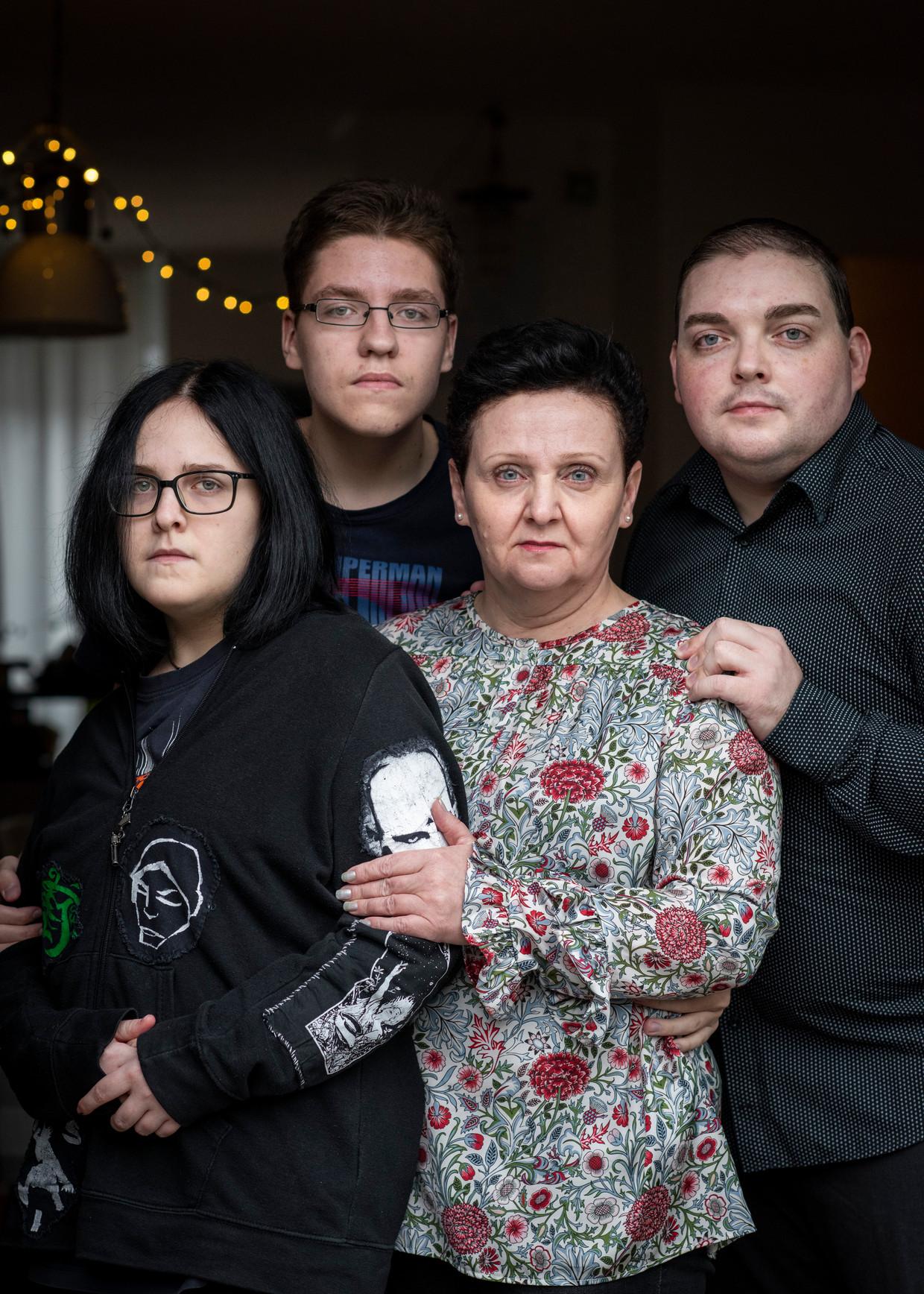 Anastasia en Nikolai met moeder Jelena en halfbroer Ilja. 'De jeugdzorg heeft ons echt wat aangedaan', zegt Anastasia. Beeld Linelle Deunk