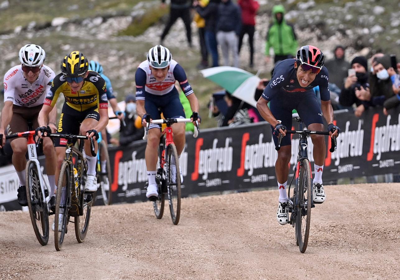 Koen Bouwman (in het geel) wordt in de laatste honderden meters van de negende etappe voorbij gesneld door Egan Bernal (r).