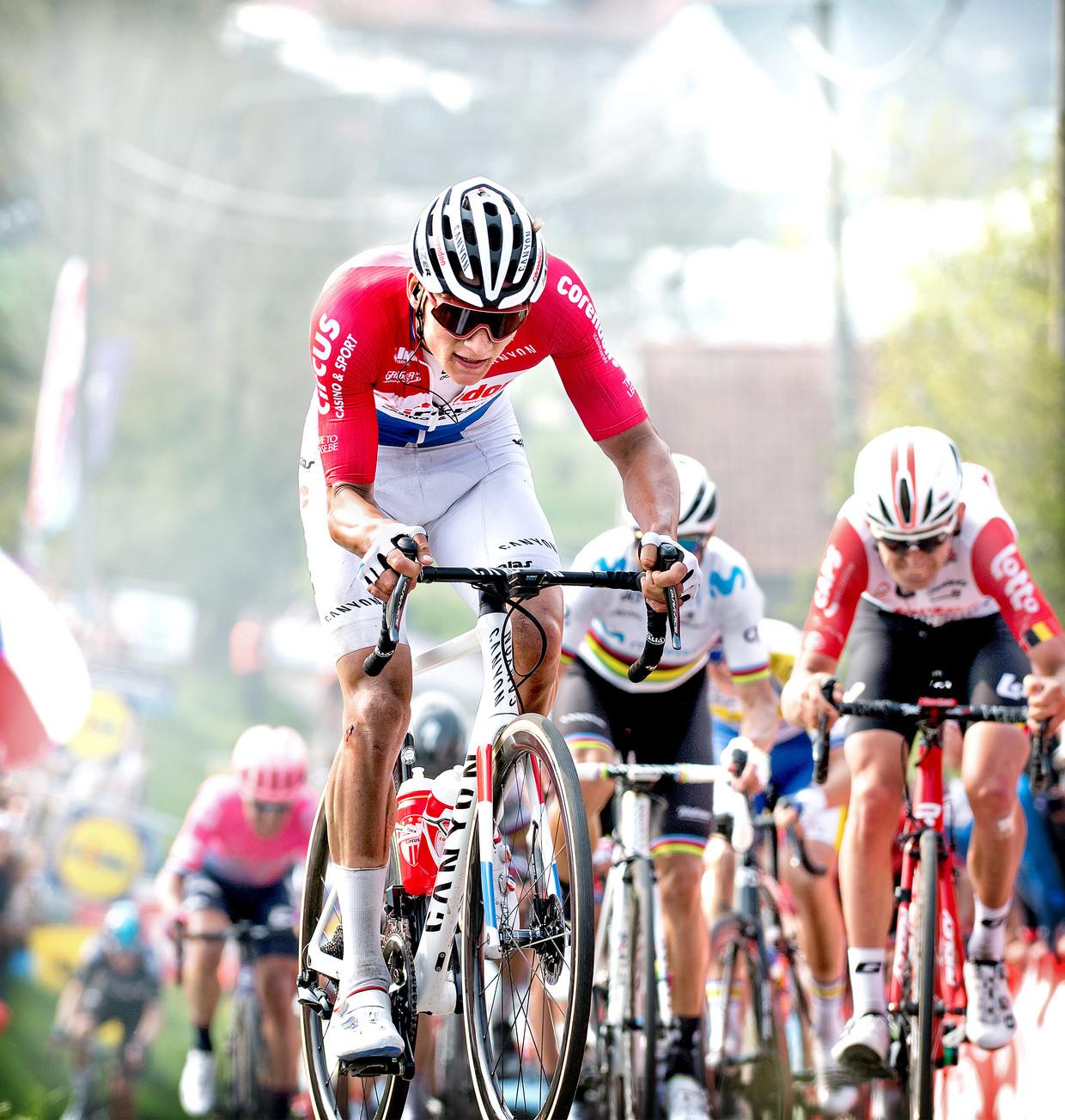 Mathieu van der Poel tijdens de Ronde van Vlaanderen van 2019 solo de Paterberg op. Beeld Klaas Jan van der Weij / de Volkskrant
