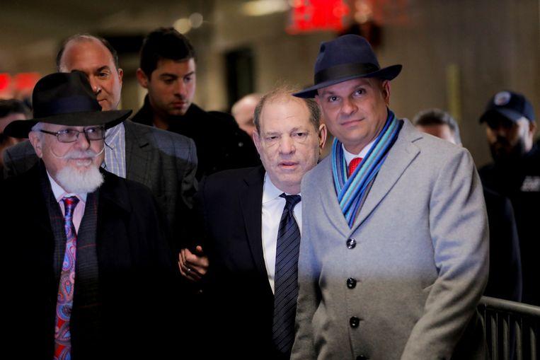 Filmproducer Harvey Weinstein komt aan in het gerechtsgebouw van New York. Beeld REUTERS