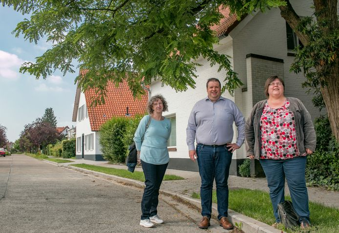 Gemeentelijk omgevingsambtenaar Hilde Temmerman, schepen Wout De Meester en stedelijk adviseur voor monumentenzorg Tamara Van Hout, in de Vinkenlaan.