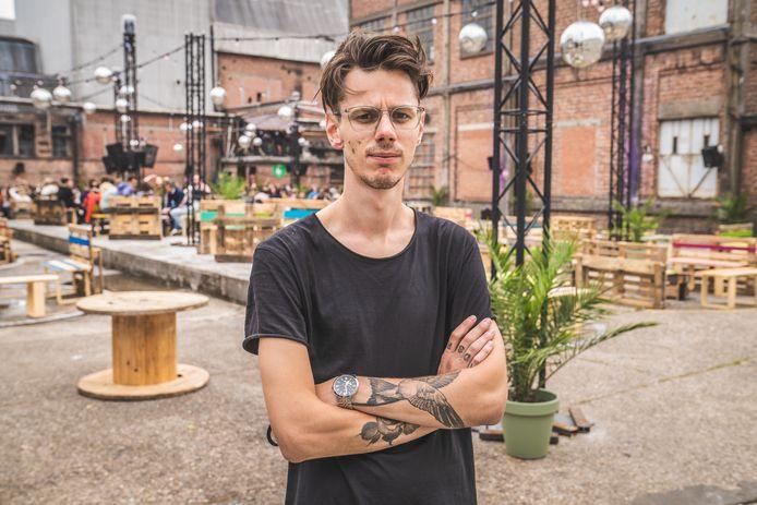 Jens Grieten van Kompass Klub bij het terras dat ze afgelopen zomer uitbaatten.