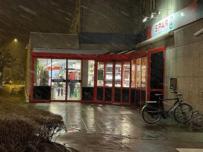 De supermarkt Spar op de Gistelsesteenweg in Stene, deelgemeente van Oostende, werd zaterdag kort voor sluitingstijd overvallen.