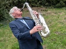 Zelfs na drie hartinfarcten laat Bert (85) zijn geliefde saxofoon niet liggen: 'Ik sla gewoon wat noten over'