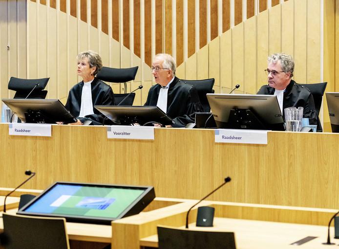 Beeld ter illustratie: De rechters in de strafzaak tegen de agenten (VLNR) Rechter L. Gerretsen-Visser, voorzitter W. Bruinsma en rechter W. van Boven.