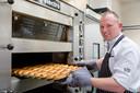 De vegan-worstenbroodjes gaan de oven in