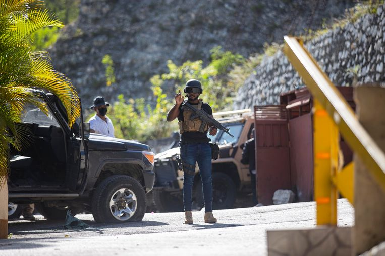 De presidentiële garde bewaakt na de moord de ingang van de presidentiële residentie in Port-au-Prince.  Beeld Joseph Odelyn / AP