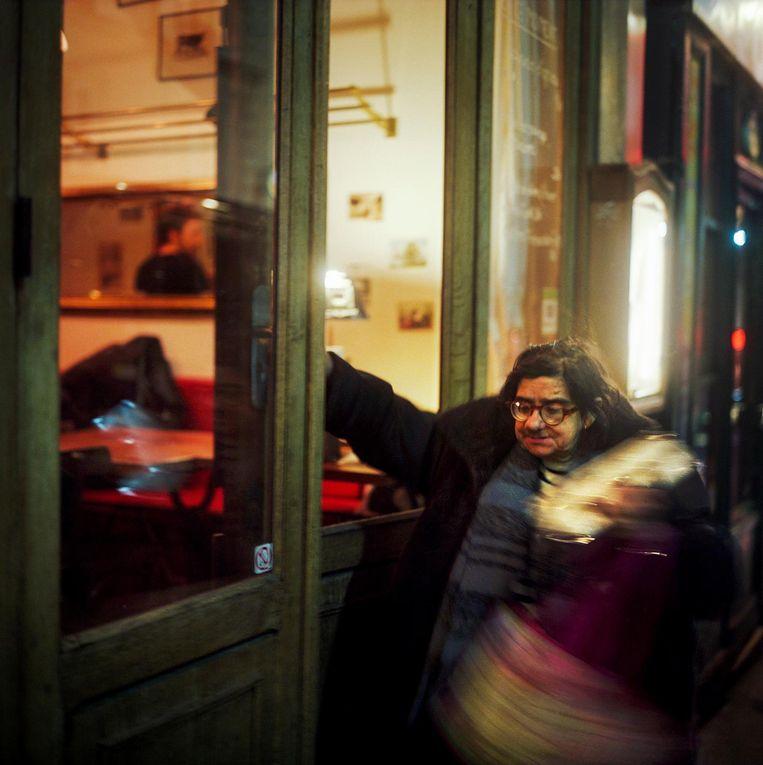 Frankrijk, Parijs, 08 februari 2014, oude dame verkoopt losse sigaretten van deur tot deur. Beeld null