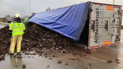 Vrachtwagen kantelt na ongeval met vluchtmisdrijf: bestuurder lichtgewond