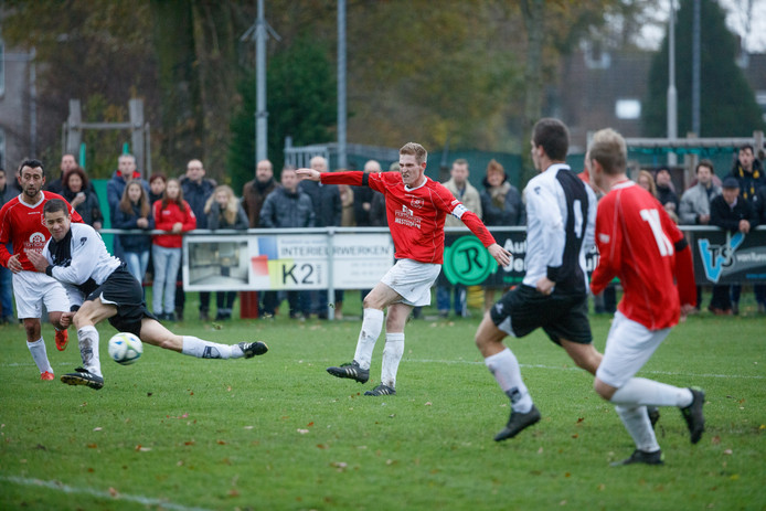 Tim van Dongen (VCW) scoorde vorig seizoen de 2-0 tussen Terheijden-verdedigers Dennis Segeren en Ronald van Boom door.