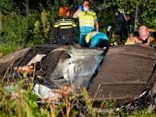Automobilist slaat over de kop na rijden tegen bomen en lantaarnpaal in Oisterwijk