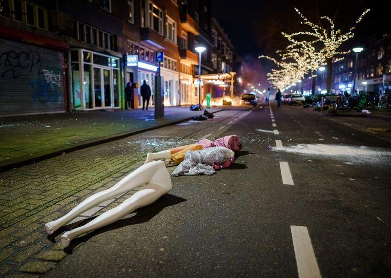 Paspoppen liggen op straat na plunderingen in Rotterdam.  Beeld EPA
