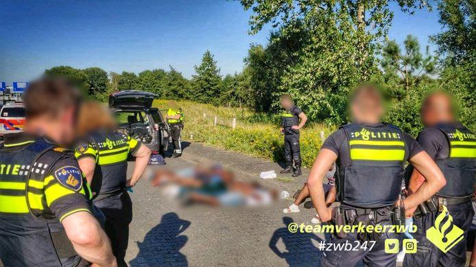 Zeven mannen aangehouden met een mogelijk vuurwapen.