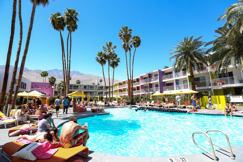 Op de super-exclusieve poolparty in het nabijgelegen Saguaro Hotel geeft niemand iets om wat er gebeurt op het podium van Coachella.  Beeld getty images
