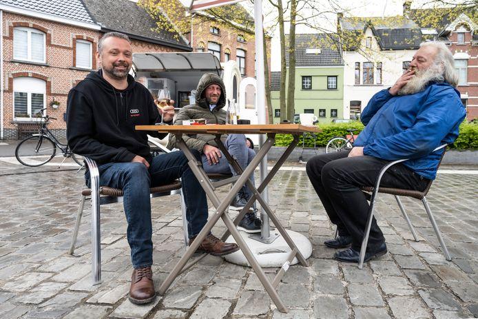 Matthias Van Buggenhout (links) klinkt met Jos en Koen.