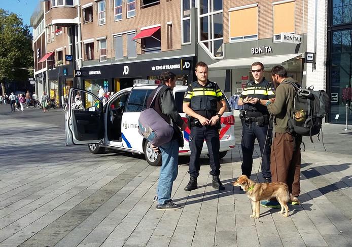 Mannen met kleine hondjes worden nu extra in de gaten gehouden door de politie, nadat maandag twee personen met drie jonge hondjes zijn gearresteerd voor illegale handel in puppy's.