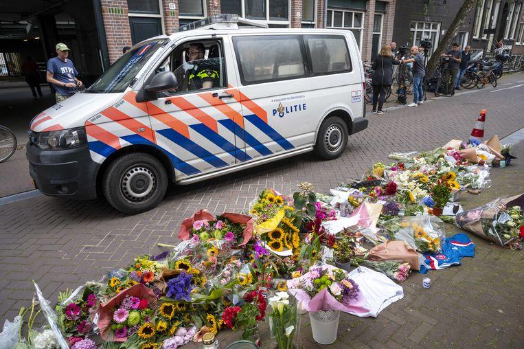 Mensen laten bloemen, kaarsjes en steunbetuigingen aan Peter R. de Vries achter in de Lange Leidsedwarsstraat, waar De Vries werd aangevallen. Beeld ANP