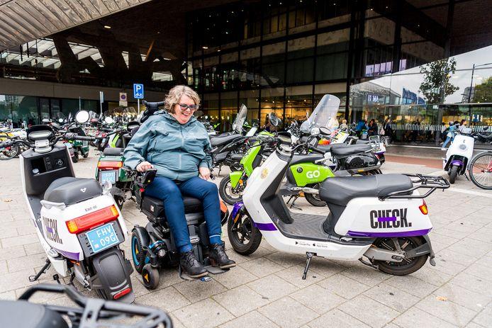 Marijke Henkemans heeft last van de scooters die her en der worden neergezet.