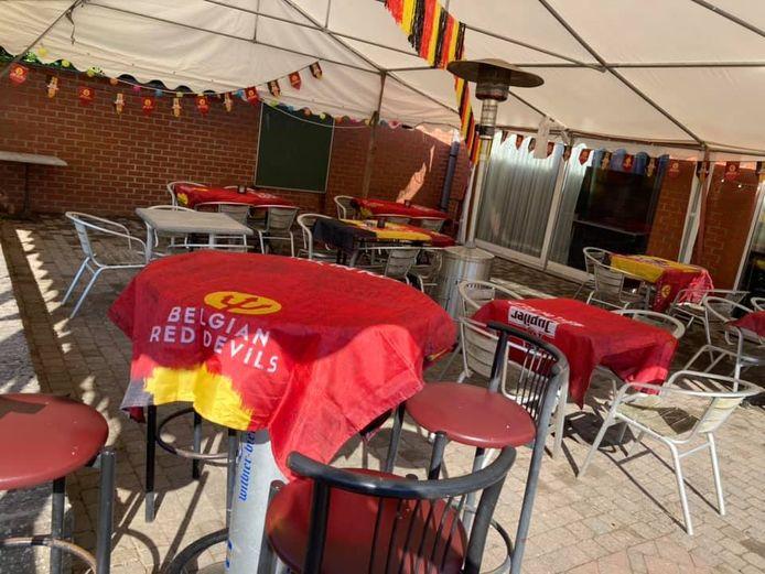De tent van café d'Oude Timmerie is al helemaal ingericht.