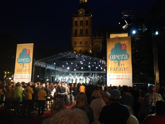 De Bossche Parade was dinsdagavond afgeladen met bezoekers van de Opera op de Parade.