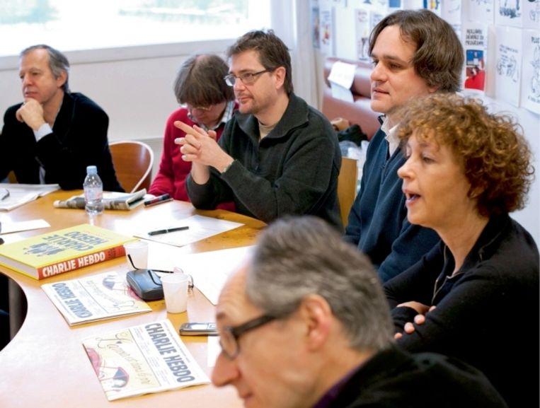 ' Foto: Bernard Maris, Cabu, Charb en Riss tijdens een redactievergadering in januari 2012   Beeld