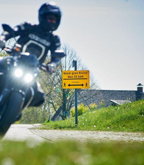 Bewoners zijn het beu: bij mooi weer verandert de Osse Maasdijk in een crossbaan