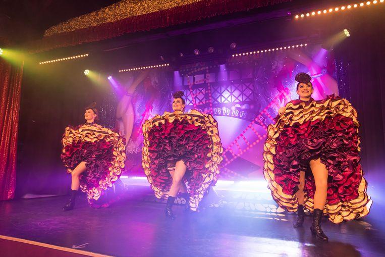 De showgirls kregen een een kostuum met een vernieuwend kleurtje aangemeten.