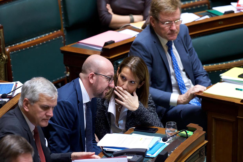 Premier Charles Michel en zijn opvolger Sophie Wilmès in de Kamer. Beeld BELGA