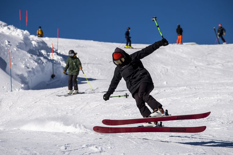 Skiën in het Zwitserse Verbier, zoals op deze foto,  kan deze kerst niet, als het aan het kabinet ligt.  Beeld EPA