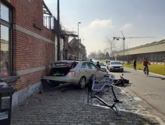 Bestuurder belandt met Mercedes in gevel en vernielt stalling en bromfiets