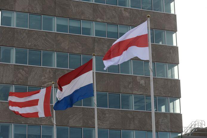 De onofficiële vlag van Belarus wappert donderdag bij het Stadhuis